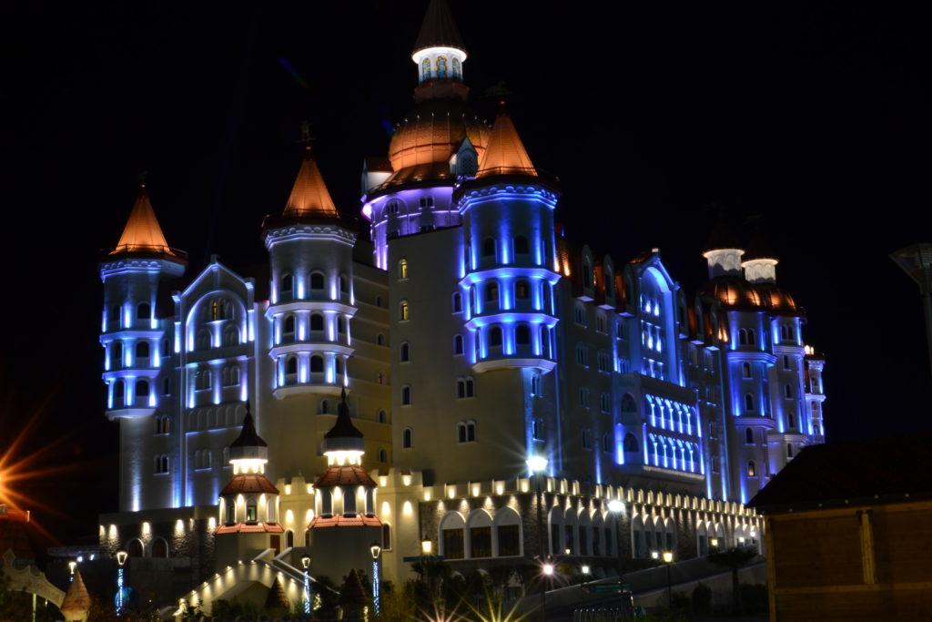 """Ночной вид отеля """"Богатырь"""" в большом Сочи"""